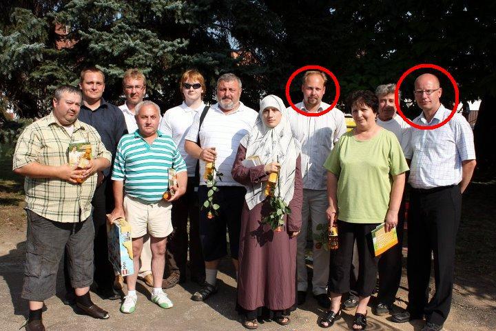 Toto je fotografie kolujici po internetu s předsedou ČSSD Sobotkou a Tejcem s jednou z muslimek z ČSSD: