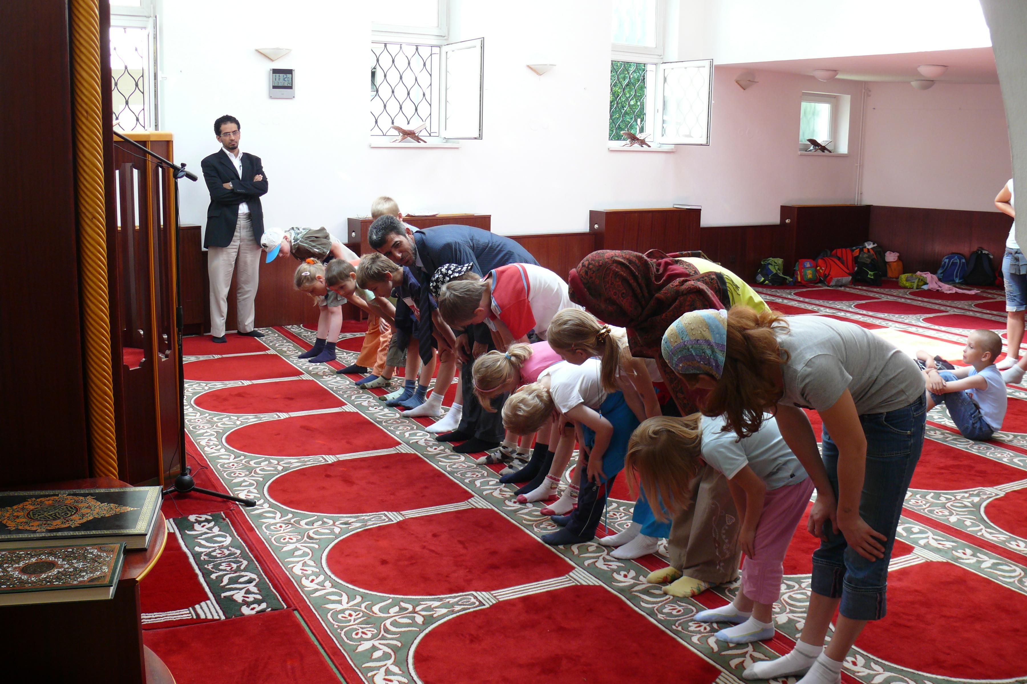 Žáci se učí modlit k Alláhovi