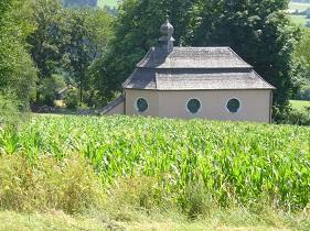 Kostelík pod kukuřičným polem.jpg