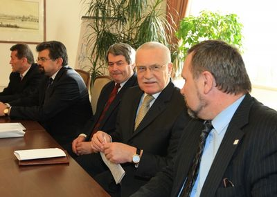 Klaus před prezidetskou volbou na jednání v klubu KSČM
