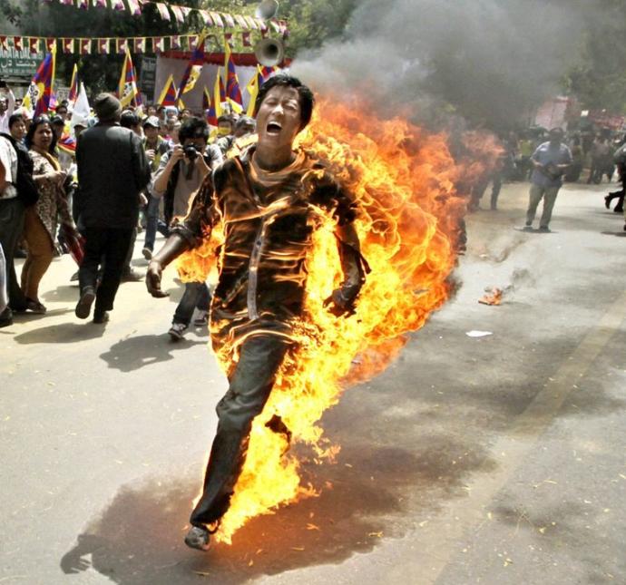 Běžící tibetská pochodeň (autor: Manish Swarup)