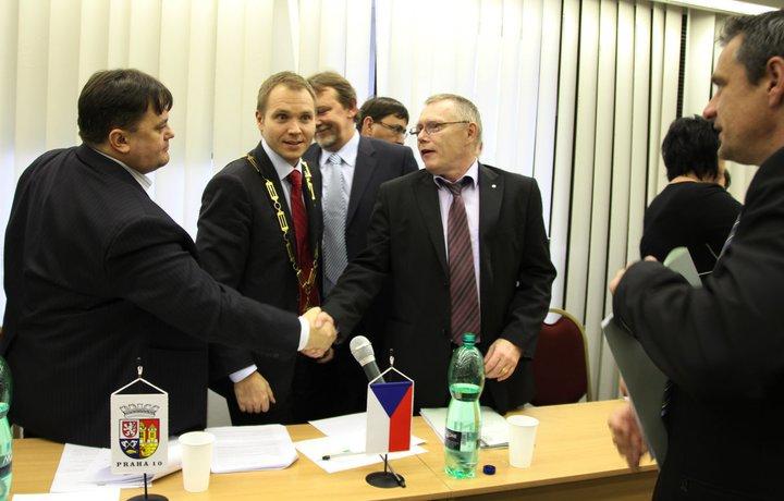 Zleva: Starosta Bohumil Zoufalík (Bradou vzhůru), místostarosta Milan Richter (ODS), místostarosta Vladimí Novák (ČSSD) - ilustrační foto, pochází z ustavujícího zastupitelstva na podzim 2010 (autor: Eugen Kukla)