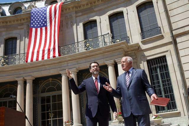 Velvyslanec USA Norman Eisen a prezident ČR Václav Klaus na recepci ke 4. červenci / U.S. Ambassador Norman Eisen and Czech President Vaclav Klaus at the July 4 reception
