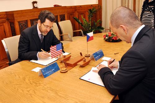 Velvyslanec Eisen a ministr Kuba při podpisu MOU