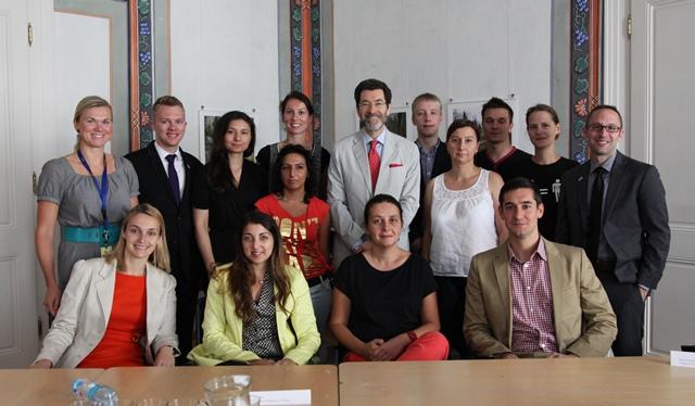Obr./Pict. 2 – Velvyslanec Eisen se zúčastnil kulatého stolu s romskými stážisty a LGBT aktivisty / Amb. Eisen participated in a roundtable with Roma interns and LGBT activists