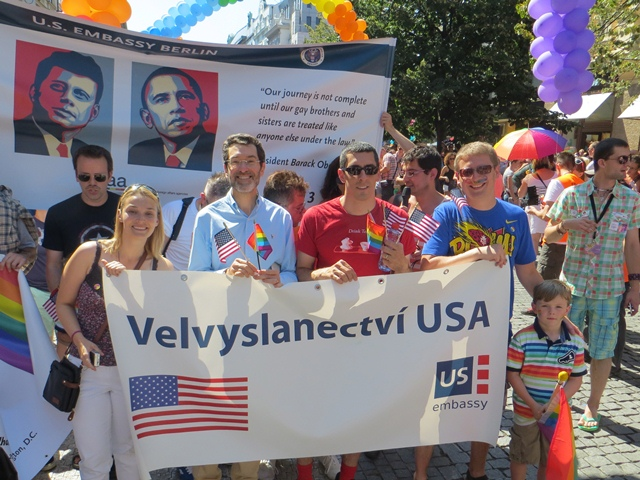 Obr./Pict. 3 – Velvyslanec Eisen se zúčastnil pochodu Pride Pride společně se spolupracovníky z velvyslanectví a jejich rodinami / Ambassador Eisen participates in the Prague Pride march accompanied by U.S. Embassy colleagues and their families.
