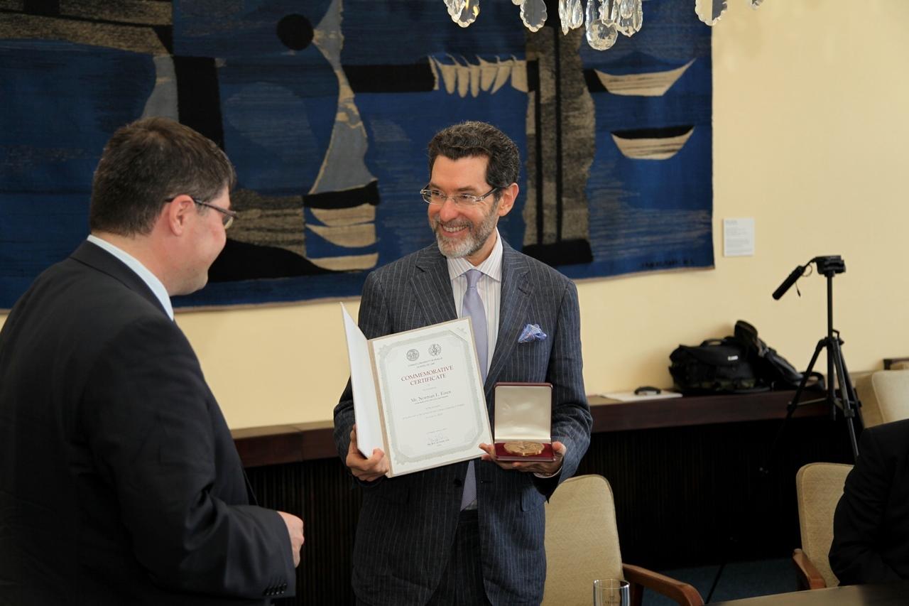 Velvyslanec Eisen dostává čestnou medaili. / Ambassador Eisen receiving the medal.