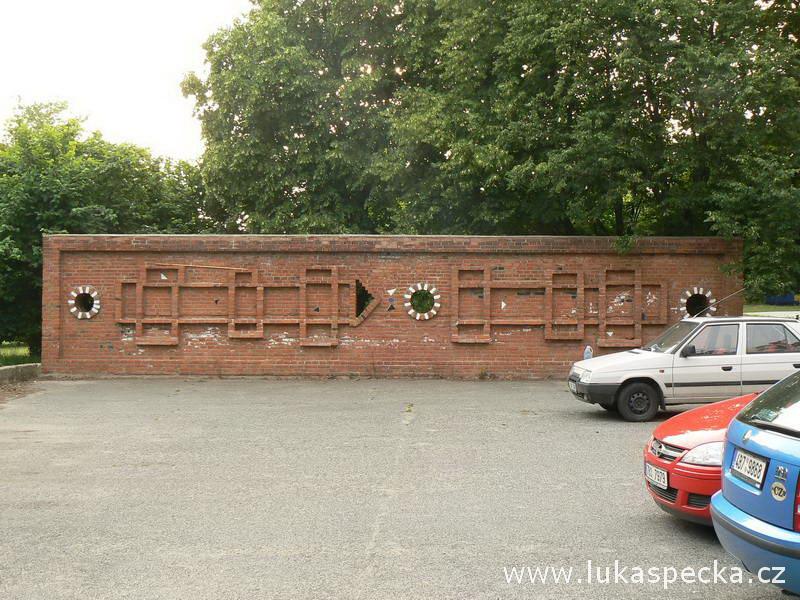 Cihelná dělící zeď od Bohumíra Matala. Cihla v prostředí panelové výstavby? Na Lesné ještě hojně užívaný prvek, v pozdější době něco neslýchaného.
