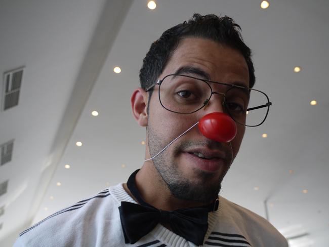 Palestinský zdravotní klaun na konfrerenci v Izraeli sklidil ovace!