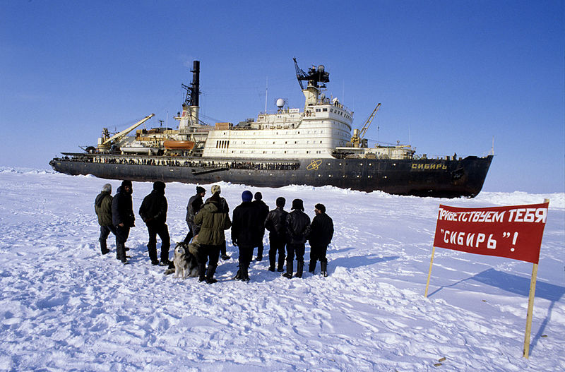 800px-RIAN_archive_505370_Explorers_at_North_Pole-27_Station_meet_icebreaker_-Sibir-.jpg