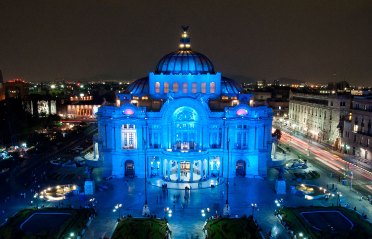The Museo de Bellas Artes in Mexico City, Mexico; osvětleno modře v rámci iniciativy Light It Up Blue; foto: Autism Speaks