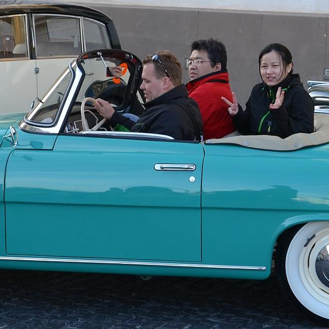 V autech ze ŠKODA Muzea jeli jako splujezdci čínští novináři.