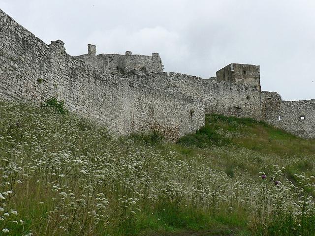 Spišský hrad, pod hradbami