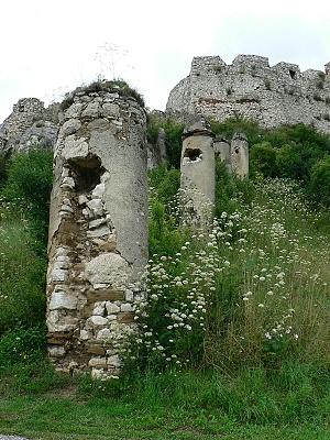 Spišský hrad, pilíře před bránou