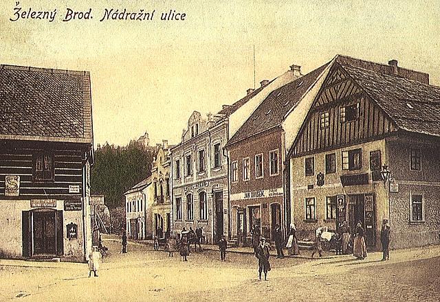 pohled z Riegrova náměstí do Nádražní ulice, stará pohlednice