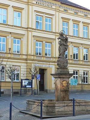 kašna na náměstí 3. května a škola z roku 1879