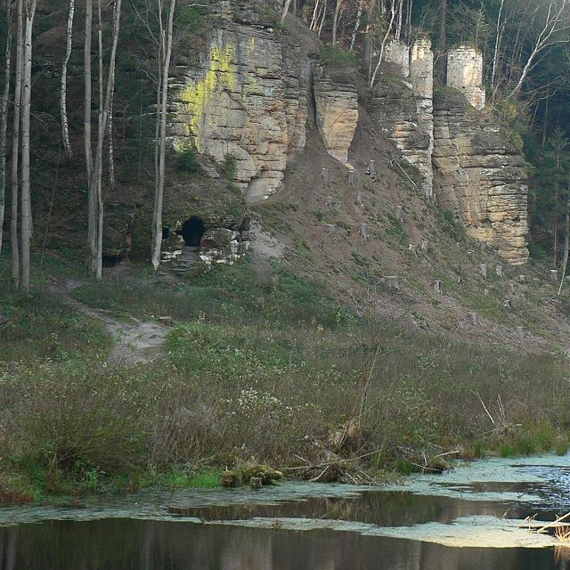 Skalní byt a pilíře nad Černým rybníkem