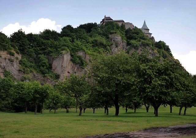 Kunětická hora se zřetelným bývalým kamenolomem.