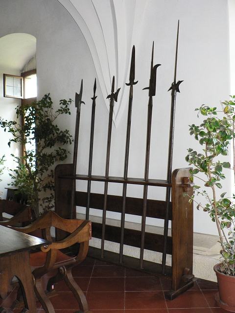 Vystavené zbraně v interiéru.