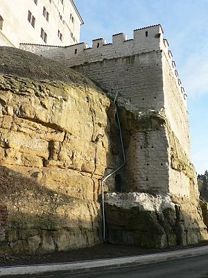 Boleslavský hrad, pohled od SZ na baštu, ve stínu vidíme ústí tajné chodby..