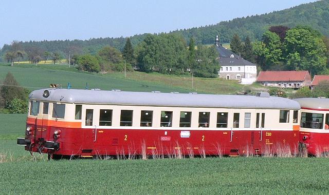 M262.1117, na pozadí zámeček Mladějov