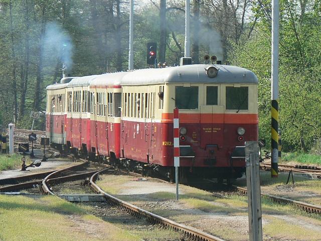 vlak tažený M262.056 odjíždí z Dolního Bousova směrem Mladá Boleslav