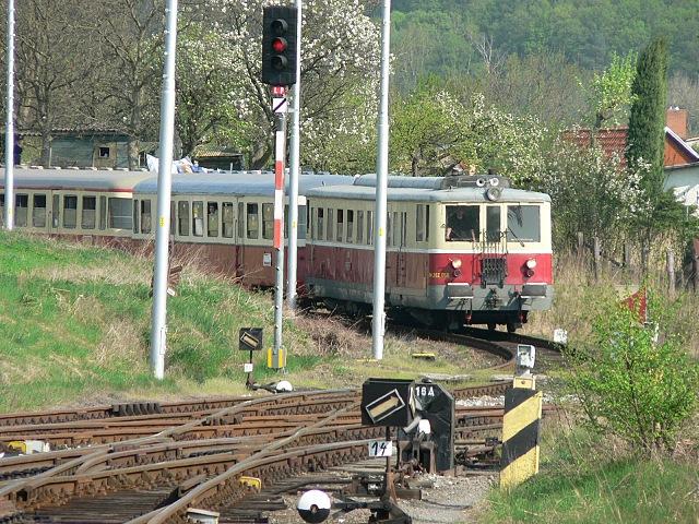 vlak tažený M262.056 přijíždí do Dolního Bousova od Sobotky