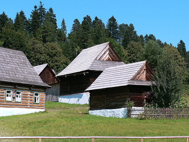 Návštěvník se ve skanzenu seznámí s lidovou architekturou horního Spiše a Šariše.