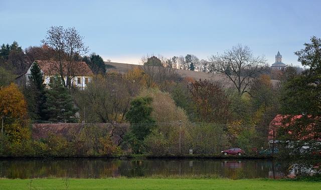 Pohled přes rybník Komorník.