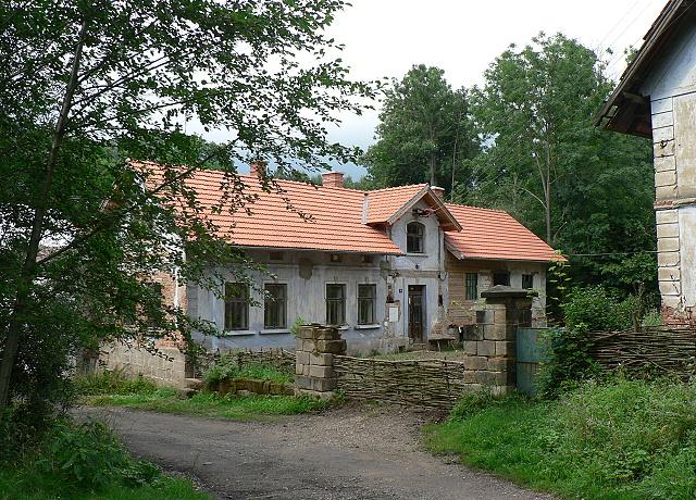 Dům čp. 24 je postaven v tzv. nádražním stylu.