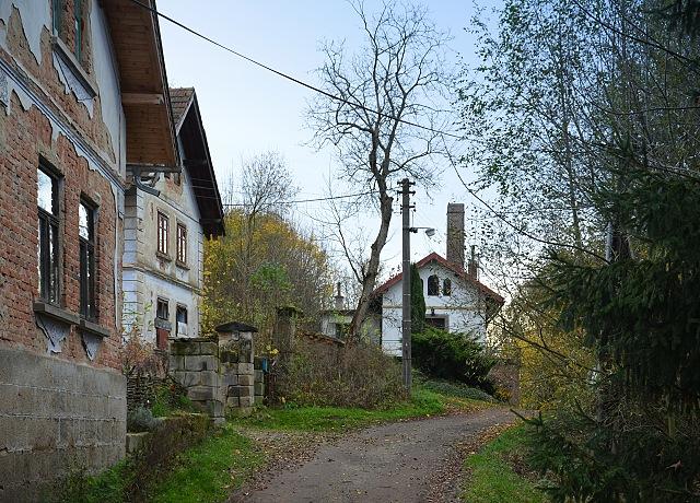 Pohled zpět na bývalou sodovkárnu, vlevo domy čp. 24 a 14.