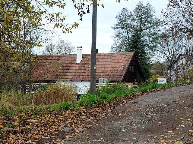 Přízemní roubený dům.