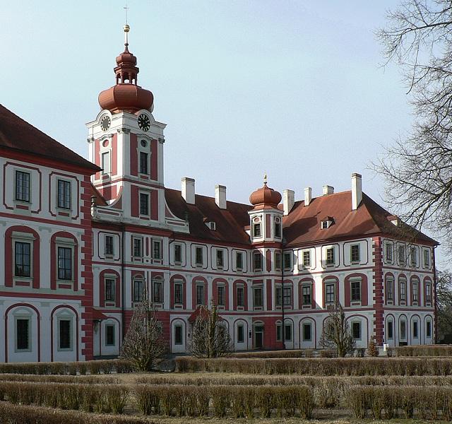 Zámek Mnichovo Hradiště, čelní partie.
