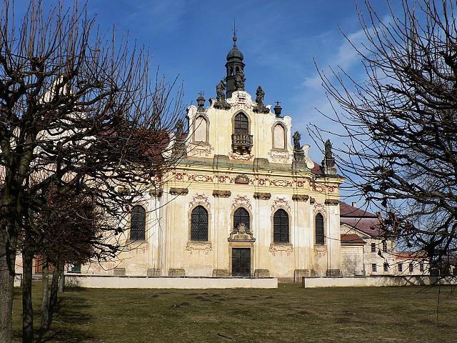 Průčelí kaple sv. Anny je bohatě zdobené.