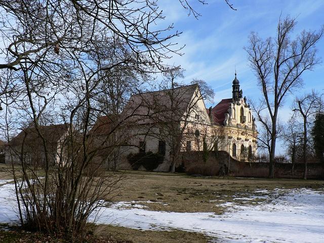 Pohled ze zámeckého parku na klášterní stavby.