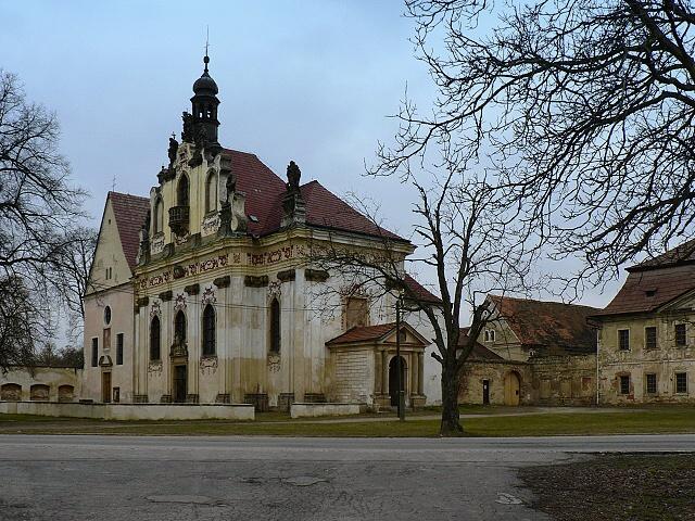 Komplex kapucínského kláštera s kostelem a kaplí.