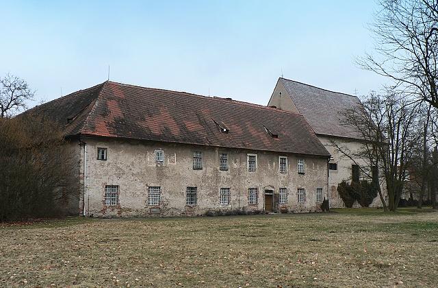 Pohled na kapucínský klášter a kostel sv. Tří králů ze zámecké zahrady.