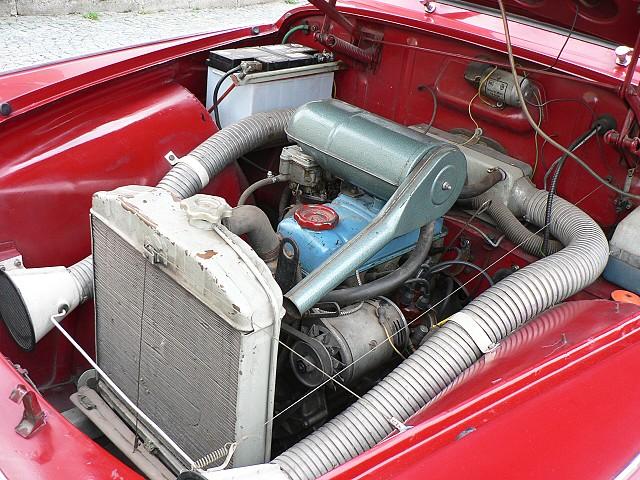 Škoda 1202, pohled do motorového prostoru.
