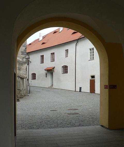 Pohled z průchodu barokním zámkem na první nádvoří.