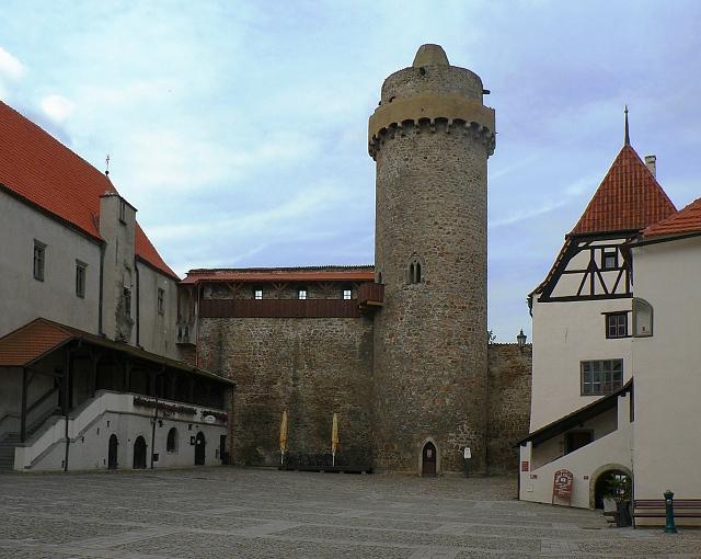 Druhé nádvoří, gotická věž Rumpál.