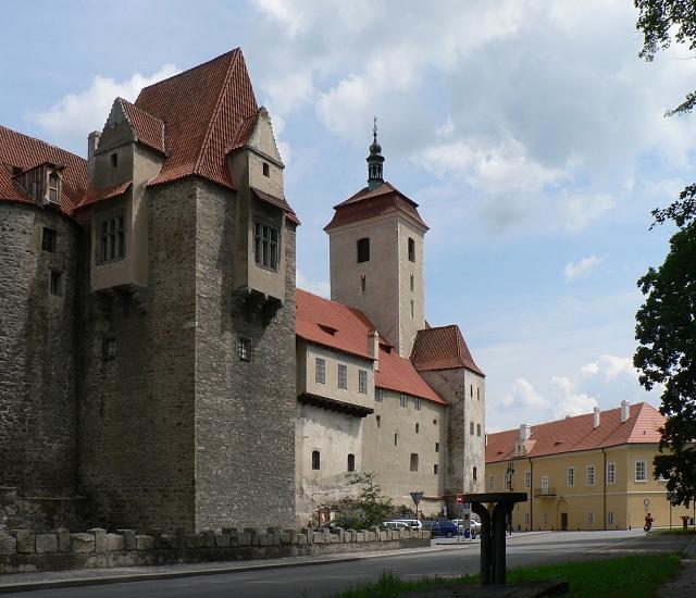 Věž Jelenka a věž kostela sv. Prokopa.