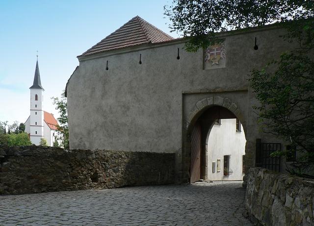 Západní brána hradu, vlevo kostel sv. Markéty ve městě.