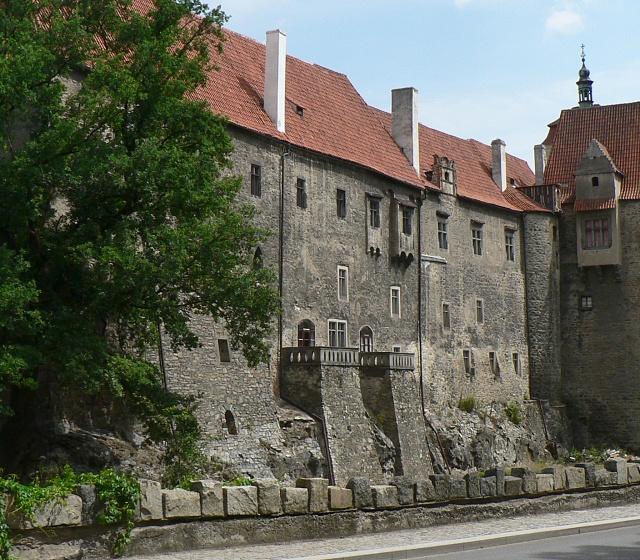 Pohled na jižního palácové křídlo ze silnice pod hradem.