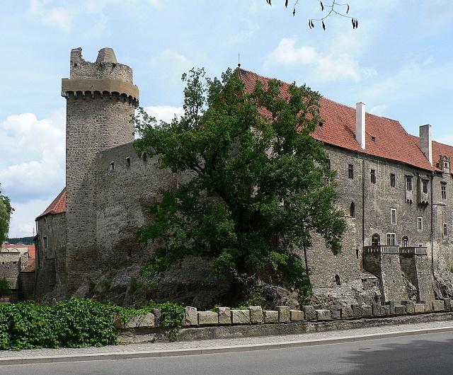 Hrad Strakonice. Pohled na věž zvanou Rumpál, západní hradbu a část jižního palácového křídla.
