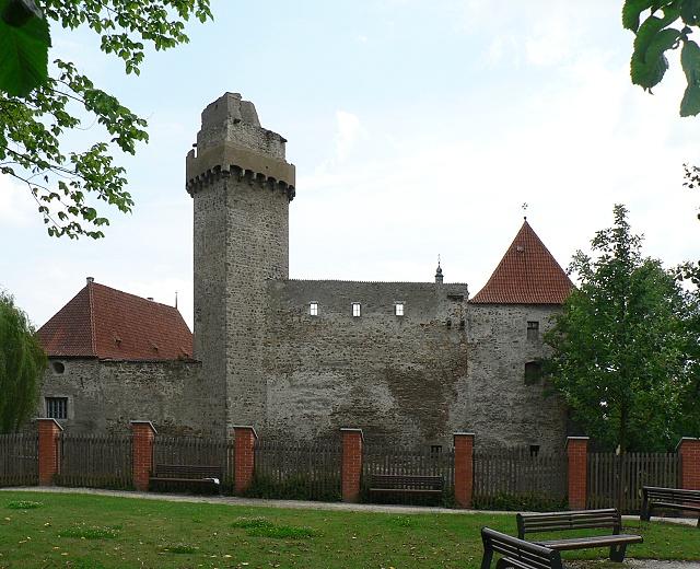 Západní fronta hradu, věž Rumpál.