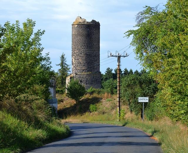 Při příjezdu do vsi Jenštejn od Dřevčic nás překvapí hradní věž.
