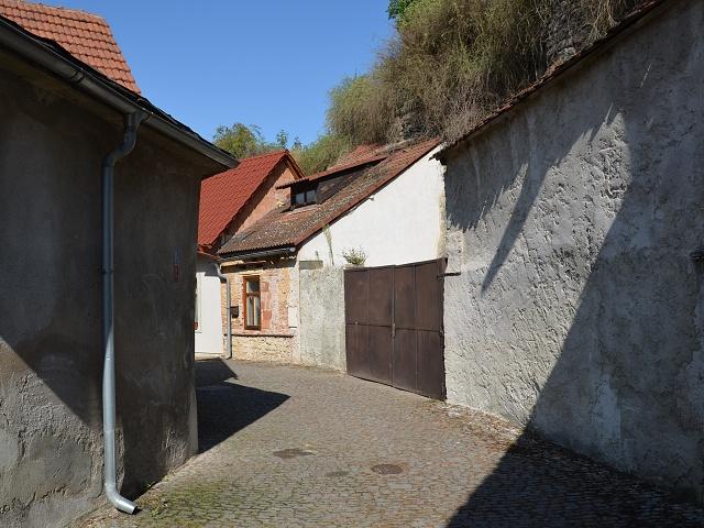 Bývalý vodní příkop kolem hradu.