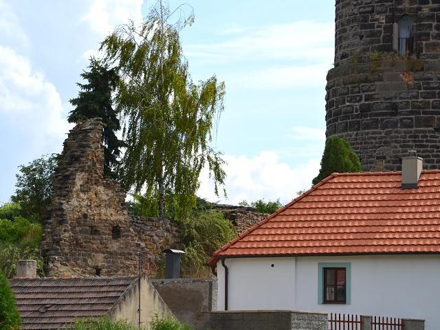 Torzo stěny paláce (vlevo).