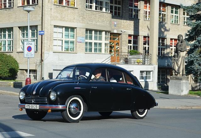 Tatraplany jezdily často v černém kabátě. Nebylo to však pravidlo.
