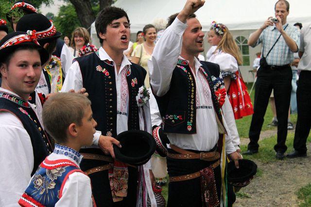 Stárci juchají před domem hlavní; Autor: Jan Vančík